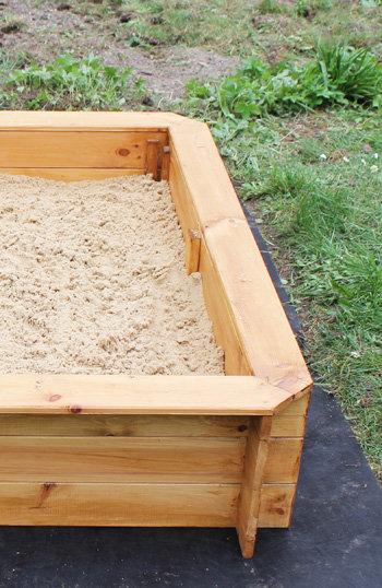 un bac sable au jardin pour les enfants. Black Bedroom Furniture Sets. Home Design Ideas
