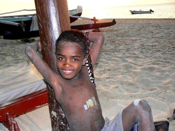 Enfants travaillant sur les plages.