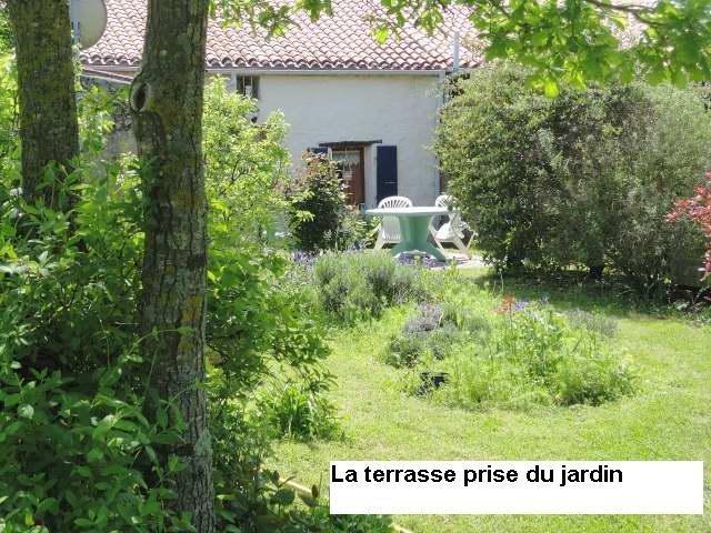 La terrasse vue du jardin