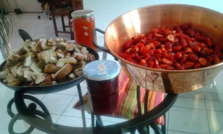 Petite cuisine de fraises et de cepes