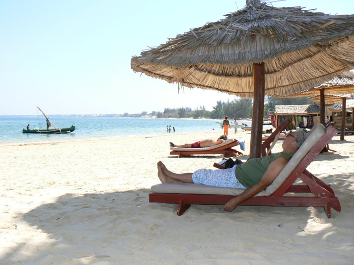 Repos sur une plage de sable blanc.