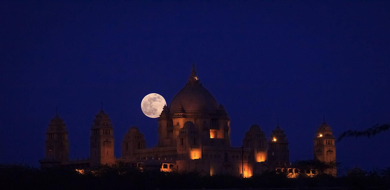 Une magnifique super lune au dessus du Umaid Bhawan Palace à Jodhpur, Inde (CC-BY-SA Gk1089)