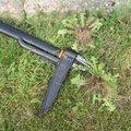 Chasser les mauvaises herbes avec le désherbeur manuel