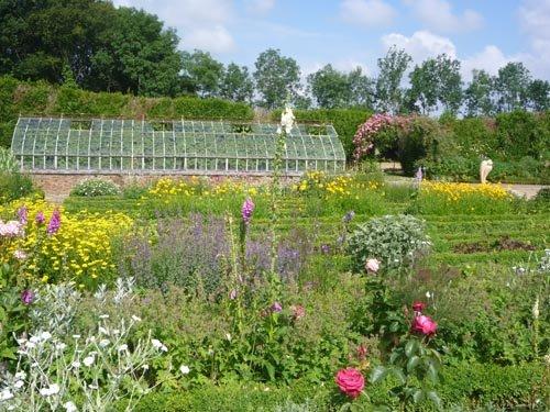 Le jardin de Saint-Jean de Beauregard en juin
