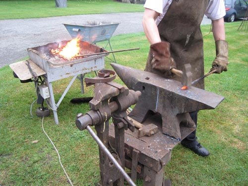 Un artisan forgeron : quand le jardin apprivoise l'acier