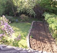 En 2007 : construction d'une nouvelle bordure pour redessiner le potager
